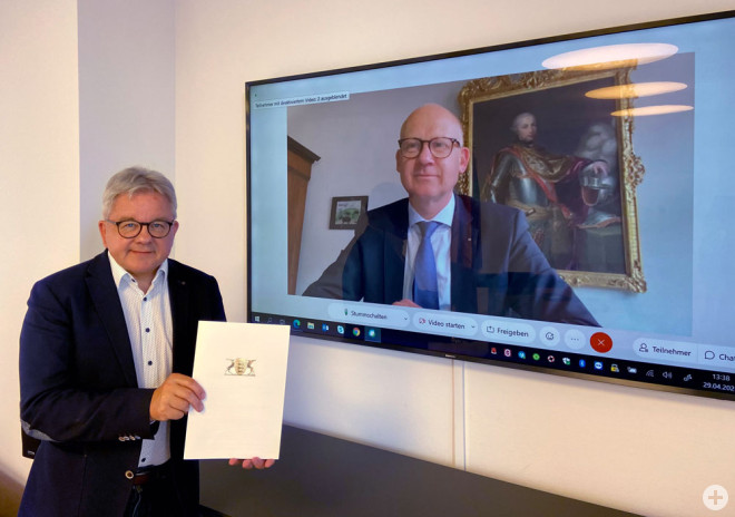 Tourismusminister Guido Wolf übergibt den Förderbescheid für das aquasol in Höhe von 800.000 Euro (der höchstmögliche Förderbetrag) an Oberbürgermeister Ralf Broß (Foto: Justizministerium).