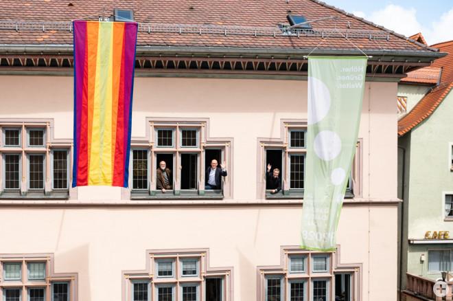 Über die erste Künstlerfahne von Lothar Quinte freuen sich (von links): Jürgen Knubben (Geschäftsführer Forum Kunst), Oberbürgermeister Ralf Broß und Marco Schaffert (Fachbereichsleiter Kultur, Jugend und Sport). Foto: Stadt Rottweil / Ralf Graner.