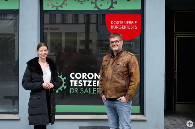 Innenstadtmanagerin Tamara Retzlaff hat das neue Innenstadt Testzentrum an Dr. Sailer übergeben (Foto: Ralf Graner).