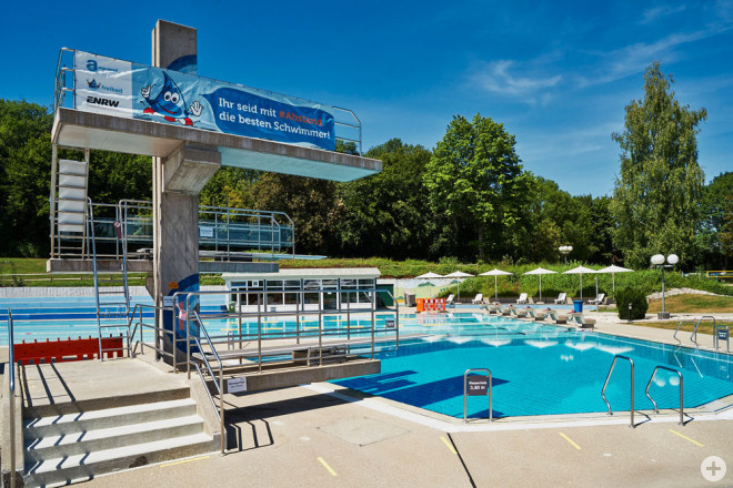 Schwimmerbecken mit Sprunganlage im Rottweiler Freibad.