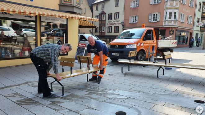 """Ab sofort heißt es in der Innenstadt: """"Rottweil sitzt"""": Winfried Ehrler (links) und Gerold Stumpp (rechts) vom städtischen Betriebshof montieren die Bänke vom Typ """"Ça va"""". Die Sessel vom Typ """"Combo"""" folgen in den nächsten Tagen (Foto: Stadt Rottweil)."""